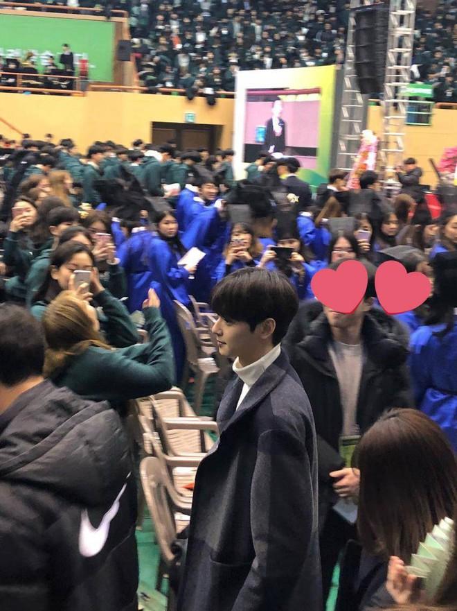 Muôn kiểu sao Hàn gây náo loạn khi đến trường: Sương sương đi học, đi thi thôi mà như dự sự kiện, đẹp tựa cảnh phim - Ảnh 24.