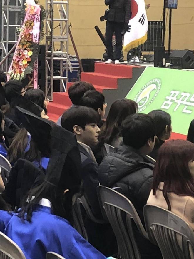 Muôn kiểu sao Hàn gây náo loạn khi đến trường: Sương sương đi học, đi thi thôi mà như dự sự kiện, đẹp tựa cảnh phim - Ảnh 25.