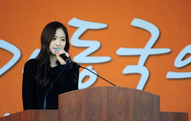 Muôn kiểu sao Hàn gây náo loạn khi đến trường: Sương sương đi học, đi thi thôi mà như dự sự kiện, đẹp tựa cảnh phim - Ảnh 7.