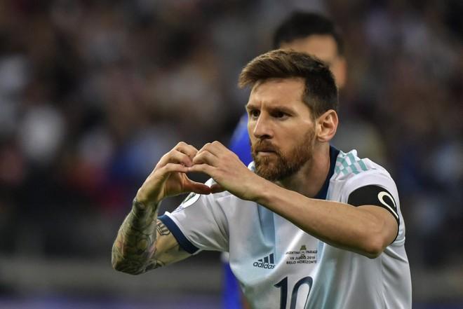 Nổi tiếng khô khan và rụt rè, Messi cuối cùng cũng chiều fan bằng hành động ăn mừng bàn thắng chưa từng làm trong suốt sự nghiệp - Ảnh 3.