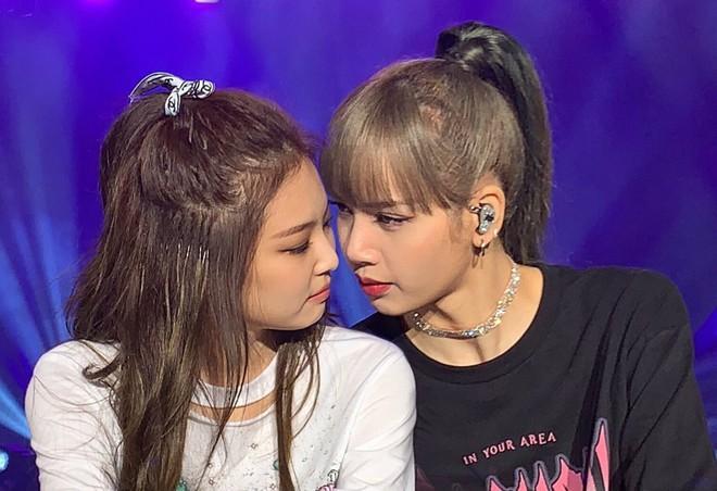 500 anh em ra mà xem Lisa đã làm gì khiến Jennie cười vật vã còn fan chỉ biết: Tém tém lại BLACKPINK ơi! - Ảnh 2.