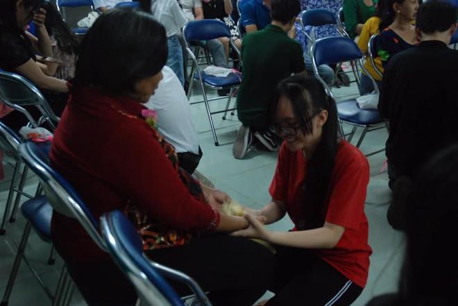 Ảnh: Học sinh TP.HCM lau tay cho cha mẹ trong buổi lễ tri ân - ảnh 2