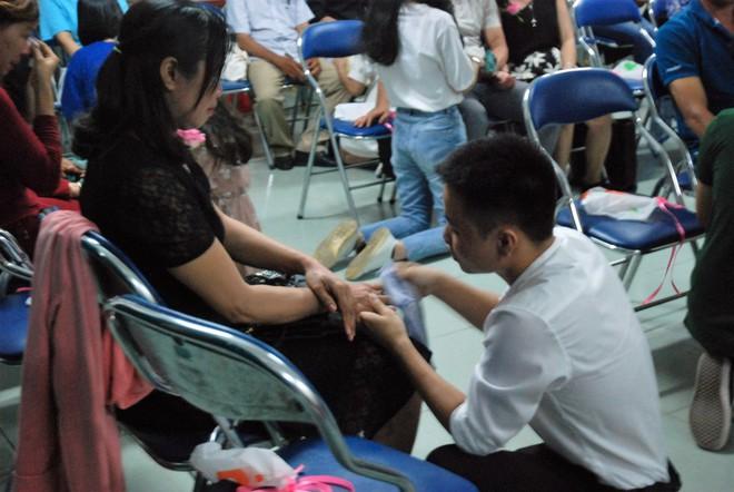 Ảnh: Học sinh TP.HCM lau tay cho cha mẹ trong buổi lễ tri ân - ảnh 3