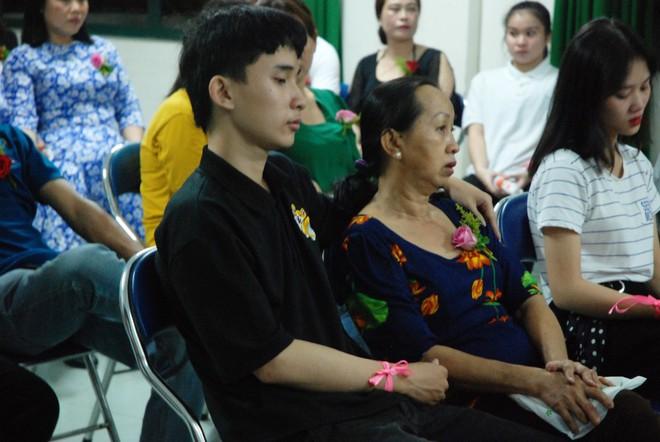 Ảnh: Học sinh TP.HCM lau tay cho cha mẹ trong buổi lễ tri ân - ảnh 6