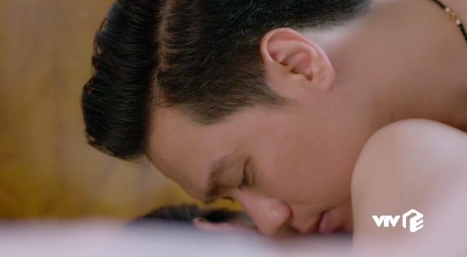 Khéo làm sao, Việt Anh vừa rộ tin ly hôn vợ liền có ngay cảnh nóng trong Mê Cung tập 17 - ảnh 1