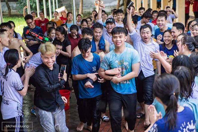 Khơi mào màn ném bóng nước với học sinh, thầy bí thư bị ném lại không trượt phát nào trong buổi học cuối cùng - ảnh 3