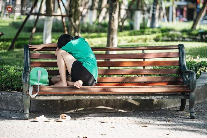 Chùm ảnh: Phố đi bộ hồ Gươm vắng bóng người trong ngày nắng nóng kinh hoàng ở Hà Nội - Ảnh 8.