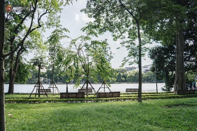Chùm ảnh: Phố đi bộ hồ Gươm vắng bóng người trong ngày nắng nóng kinh hoàng ở Hà Nội - Ảnh 7.