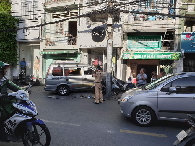 TP.HCM: Ô tô điên húc văng nhiều xe máy vào tường, người dân la hét kêu cứu - Ảnh 1.