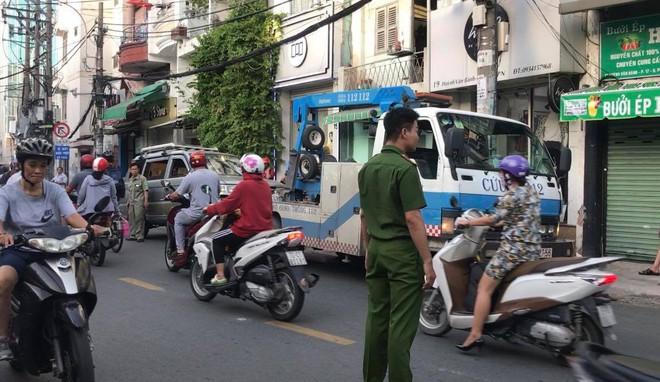 TP.HCM: Ô tô điên húc văng nhiều xe máy vào tường, người dân la hét kêu cứu - Ảnh 3.