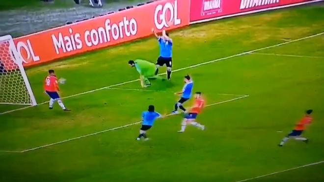 Phút hớ hênh của anh bạn thân Messi đang chơi cho tuyển Uruguay: Đòi penalty vì bóng... chạm tay thủ môn - Ảnh 3.