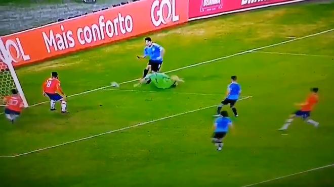 Phút hớ hênh của anh bạn thân Messi đang chơi cho tuyển Uruguay: Đòi penalty vì bóng... chạm tay thủ môn - Ảnh 2.