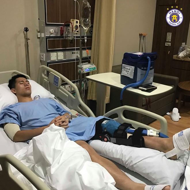 Những hình ảnh đầu tiên của Đình Trọng sau phẫu thuật đứt dây chằng khiến fan không khỏi xót xa - Ảnh 4.