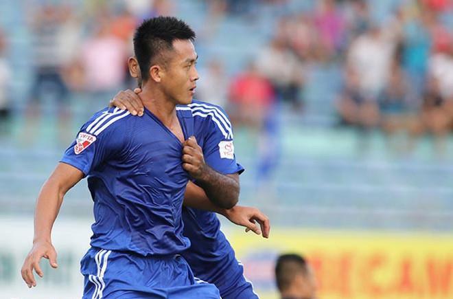 Cầu thủ V.League học Bà Tân vê lốc, pha bình nước chanh siêu to, siêu chua, khổng lồ cho cả đội giải nhiệt - ảnh 1