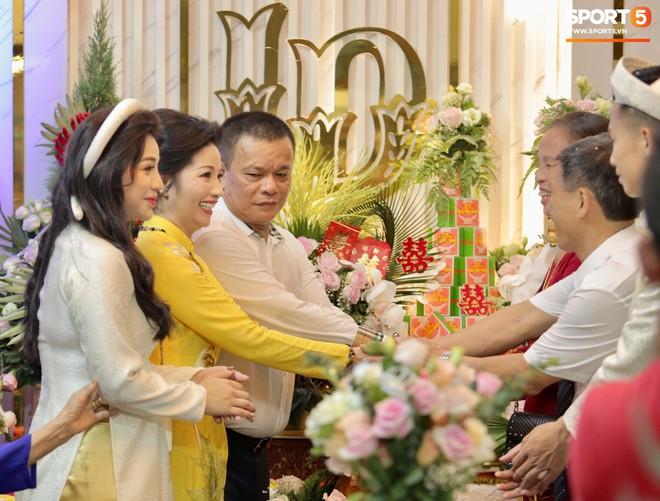 Khánh Linh lộ bụng to trong đám hỏi, dân tình vào chúc mừng Bùi Tiến Dũng được cả vợ lẫn con - Ảnh 3.