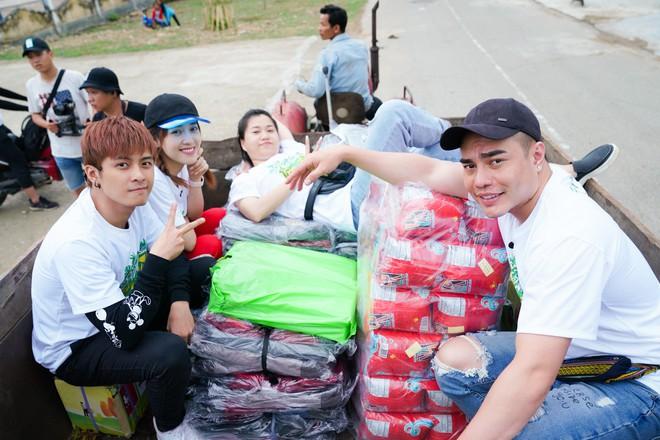 Lâm Vỹ Dạ, Gin Tuấn Kiệt... ngồi xe công nông, hát phục vụ học sinh miền núi - ảnh 1