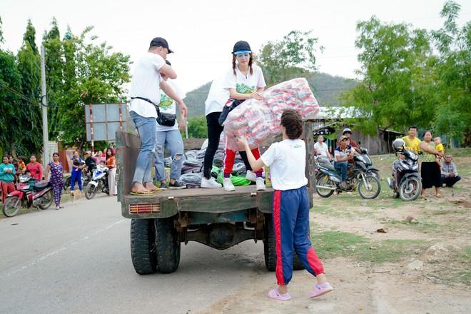Lâm Vỹ Dạ, Gin Tuấn Kiệt... ngồi xe công nông, hát phục vụ học sinh miền núi - ảnh 2