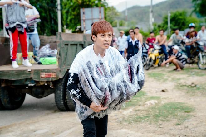 Lâm Vỹ Dạ, Gin Tuấn Kiệt... ngồi xe công nông, hát phục vụ học sinh miền núi - ảnh 3