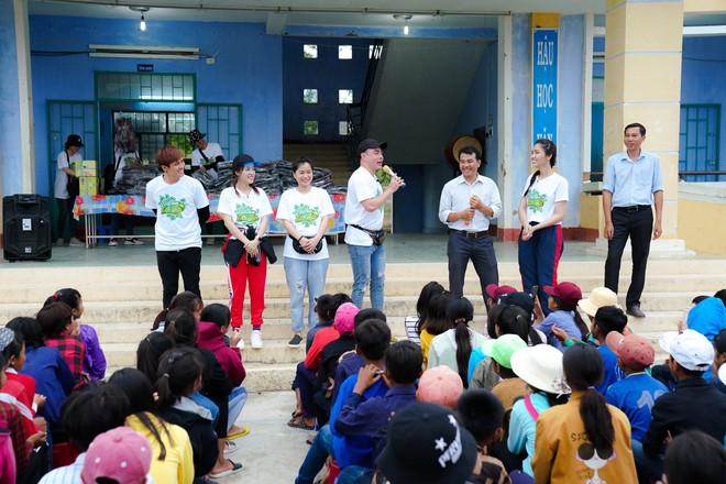 Lâm Vỹ Dạ, Gin Tuấn Kiệt... ngồi xe công nông, hát phục vụ học sinh miền núi - ảnh 4