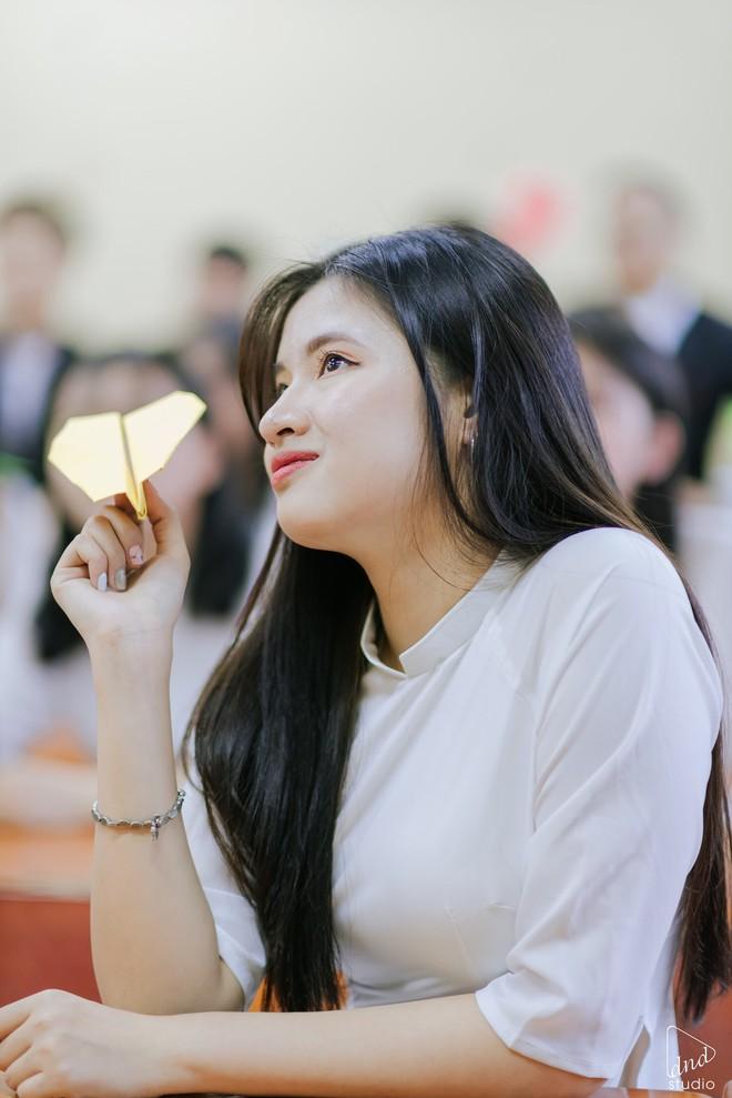 Nữ sinh trường THPT Nguyễn Trãi bỗng nổi tiếng vì vô tình lọt vào ống kính phóng viên trong ngày thi THPT Quốc gia - ảnh 2