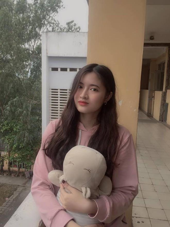 Nữ sinh trường THPT Nguyễn Trãi bỗng nổi tiếng vì vô tình lọt vào ống kính phóng viên trong ngày thi THPT Quốc gia - ảnh 9