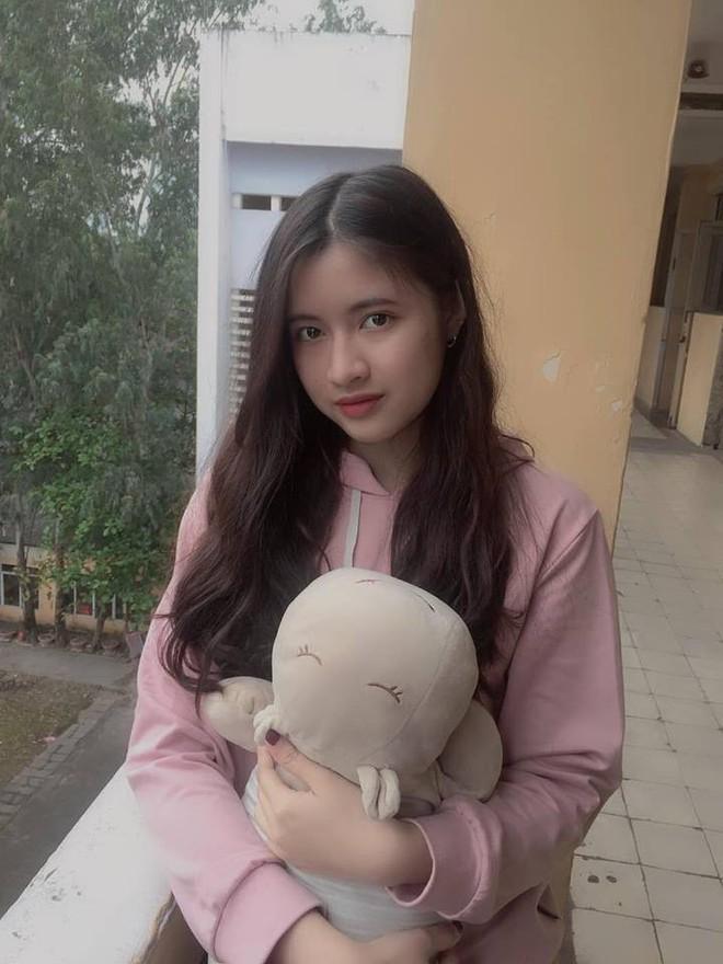 Nữ sinh trường THPT Nguyễn Trãi bỗng nổi tiếng vì vô tình lọt vào ống kính phóng viên trong ngày thi THPT Quốc gia - ảnh 10