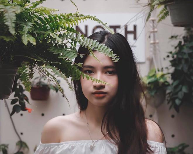 Nữ sinh trường THPT Nguyễn Trãi bỗng nổi tiếng vì vô tình lọt vào ống kính phóng viên trong ngày thi THPT Quốc gia - ảnh 7