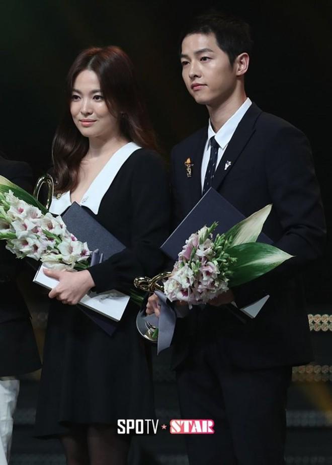 Song Joong Ki - Song Hye Kyo ly hôn rồi, dân tình sẽ không bao giờ được thấy họ mặc đồ ăn ý như thế này nữa - ảnh 8