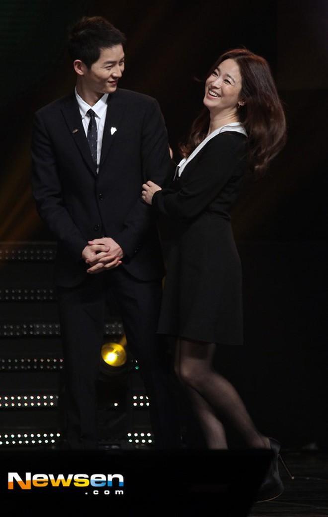 Song Joong Ki - Song Hye Kyo ly hôn rồi, dân tình sẽ không bao giờ được thấy họ mặc đồ ăn ý như thế này nữa - ảnh 7