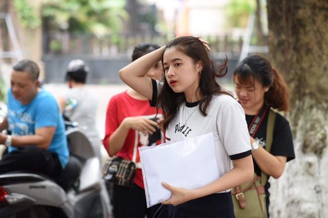 Nữ sinh trường THPT Nguyễn Trãi bỗng nổi tiếng vì vô tình lọt vào ống kính phóng viên trong ngày thi THPT Quốc gia - ảnh 1