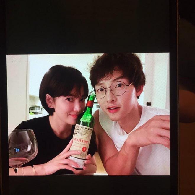 Rò rỉ ảnh siêu hiếm của Song Song trong máy điện thoại bố Song Joong Ki, xót xa còn đúng ngày sinh nhật tài tử - Ảnh 1.