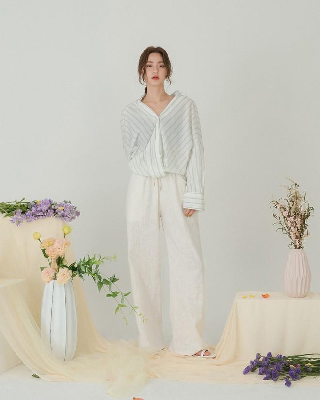 Hè dù nóng hay mát mẻ, áo sơ mi + quần ống rộng vẫn là combo tuyệt diệu nhất cho nàng công sở - ảnh 2