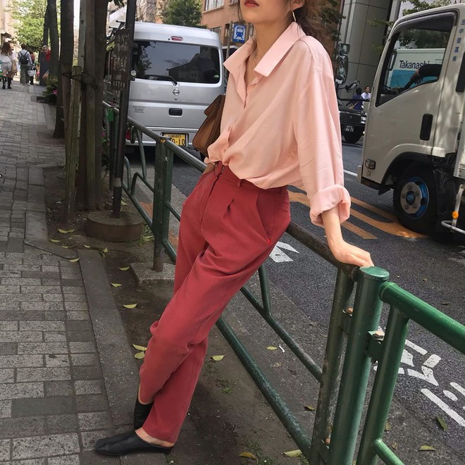 Hè dù nóng hay mát mẻ, áo sơ mi + quần ống rộng vẫn là combo tuyệt diệu nhất cho nàng công sở - ảnh 8