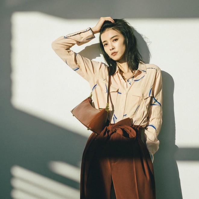 Hè dù nóng hay mát mẻ, áo sơ mi + quần ống rộng vẫn là combo tuyệt diệu nhất cho nàng công sở - ảnh 11