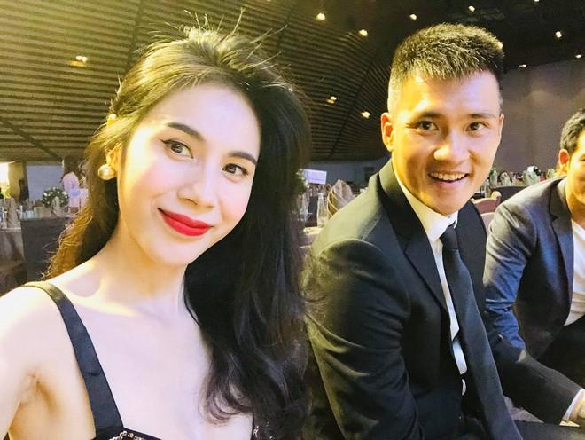 Giữa cơn bão chia tay của sao quốc tế, Lê Công Vinh nhờ dân mạng tư vấn hôn nhân với Thủy Tiên - Ảnh 4.