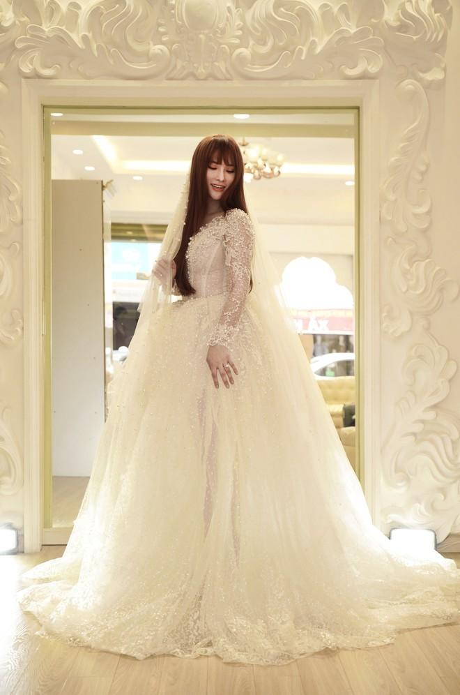 Thu Thủy cùng ông xã kém tuổi khoe khoảnh khắc ngọt ngào trong ngày thứ váy cưới trước hôn lễ - Ảnh 2.