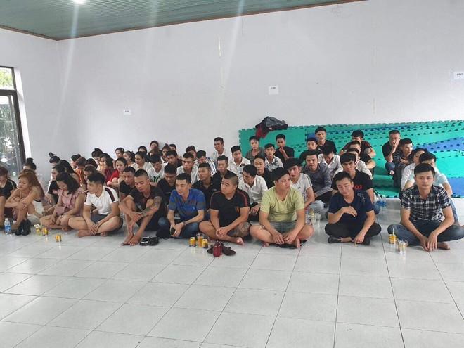 Nhiều nam thanh nữ tú phê ma tuý khi cảnh sát vào kiểm tra quán karaoke ở Sài Gòn - Ảnh 1.