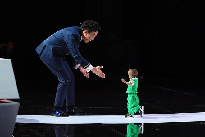 Người bí ẩn tiếp tục lấy nước mắt khán giả với màn xuất hiện của cậu bé tí hon - Ảnh 2.