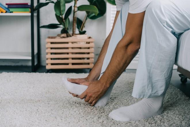 Nhập viện vì gót chân quá đau đớn, bệnh nhân không ngờ thủ phạm lại là sợi tóc mỏng manh dài 1cm - ảnh 1