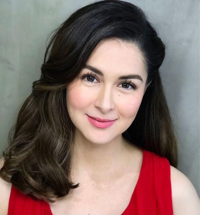 Choáng với bức ảnh mỹ nhân đẹp nhất Philippines tranh thủ chụp vội, khoe mặt mộc đỉnh cao sau khi cho con bú - Ảnh 2.