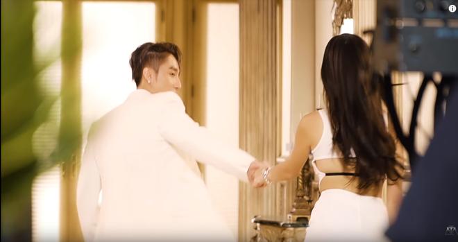Hé lộ hậu trường của Hãy Trao Cho Anh: loạt khoảnh khắc tình tứ của Sơn Tùng và Madison Beer chưa bao giờ xuất hiện trên MV! - ảnh 1
