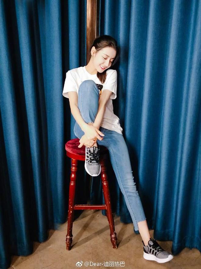 """Chẳng cần lồng lộn, Địch Lệ Nhiệt Ba chỉ diện áo phông quần jeans cũng đủ """"gây bão"""" với đôi chân hoàn mỹ - ảnh 7"""