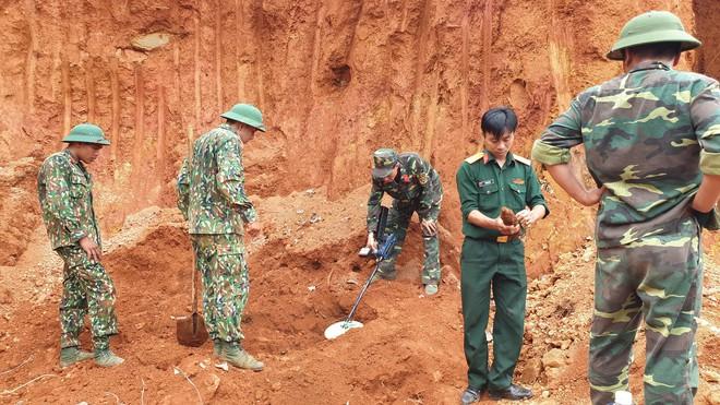 4 giờ căng thẳng tháo gỡ thành công 80 quả đạn cối dưới chân đèo Bảo Lộc - ảnh 1