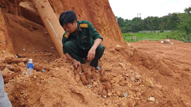 4 giờ căng thẳng tháo gỡ thành công 80 quả đạn cối dưới chân đèo Bảo Lộc - ảnh 2