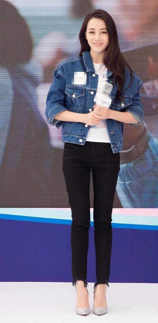 """Chẳng cần lồng lộn, Địch Lệ Nhiệt Ba chỉ diện áo phông quần jeans cũng đủ """"gây bão"""" với đôi chân hoàn mỹ - ảnh 9"""