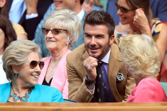 David Beckham - thần tượng của biết bao giới trẻ Việt Nam: Ở tuổi 44 vẫn đẹp trai lãng tử, khí chất ngút trời, làm sáng rực một góc khán đài Hoàng gia - Ảnh 6.