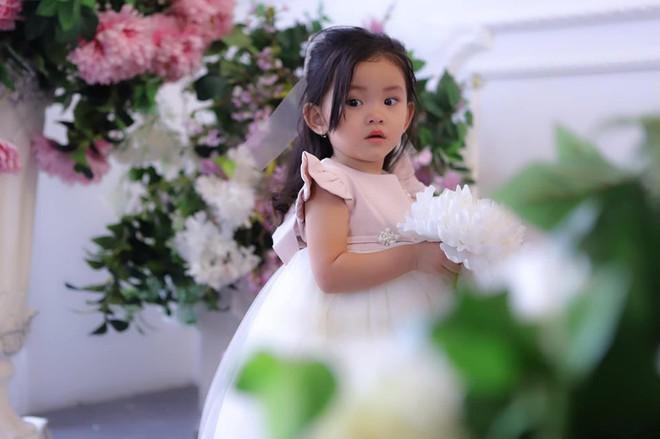 Mới hơn 2 tuổi, con gái Hải Băng đã gây sốt: Xinh trong veo như công chúa, lại còn biết tạo dáng chuyên nghiệp - ảnh 1