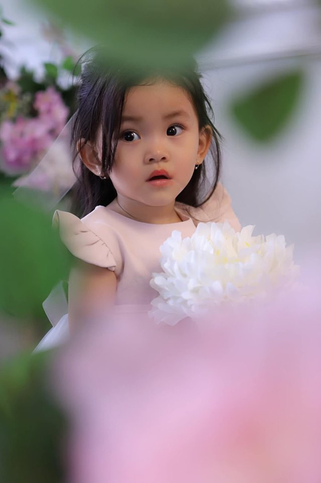Mới hơn 2 tuổi, con gái Hải Băng đã gây sốt: Xinh trong veo như công chúa, lại còn biết tạo dáng chuyên nghiệp - ảnh 5