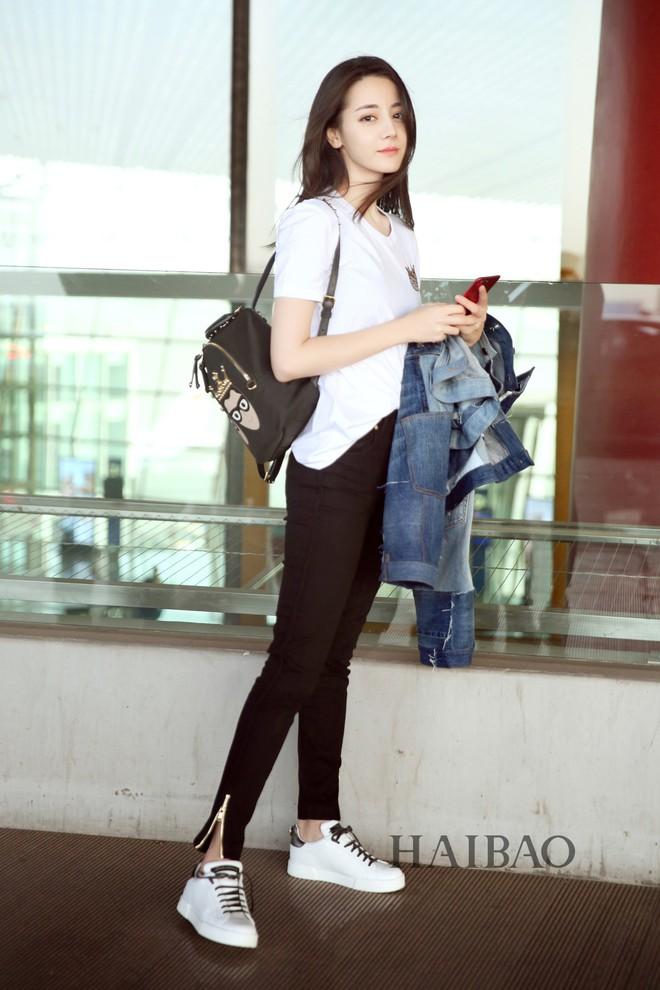 """Chẳng cần lồng lộn, Địch Lệ Nhiệt Ba chỉ diện áo phông quần jeans cũng đủ """"gây bão"""" với đôi chân hoàn mỹ - ảnh 4"""