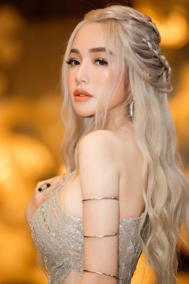 Kelly Nguyễn và Elly Trần lại cho chúng ta rơi vào mê cung, nhìn họ giống nhau như hai mà một - Ảnh 1.
